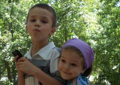 """""""Umbra"""" lui Gabriel. Diagnosticat la 3 ani şi jumătate cu autism, un băieţel e ajutat în terapie de sora lui mai mică"""