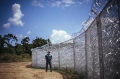 Imigranţii au tăiat gardul din sârmă ghimpată ridicat de Ungaria la granița cu Serbia