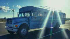 Autobuzul vechi transformat în casa visurilor de un tânăr și tatăl său