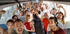 Românii preferă să plătească cu bani cash în călătorii. Împătimiții shoppingului în vacanțe