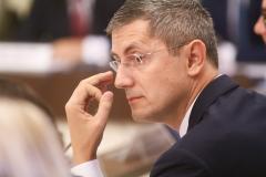 Aroganță maximă: Dan Barna și-a scăpat ochelarii în Parlament, iar un angajat al Camerei a fost chemat să-i ridice