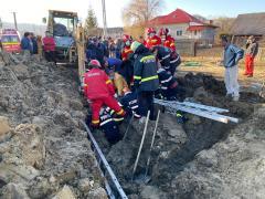 Salvare spectaculoasă în Argeș. Un bărbat a fost scos de sub un mal de pământ
