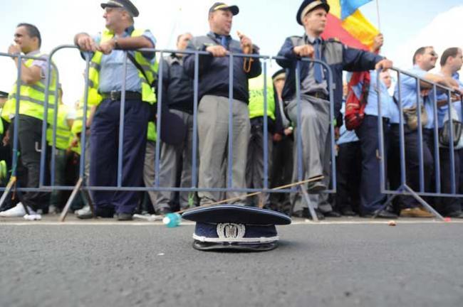 """""""Ieşi afară, javră ordinară!"""". Răzbunarea lui Băsescu împotriva poliţiştilor care i-au cerut demisia, are efecte şi după 28 de luni"""
