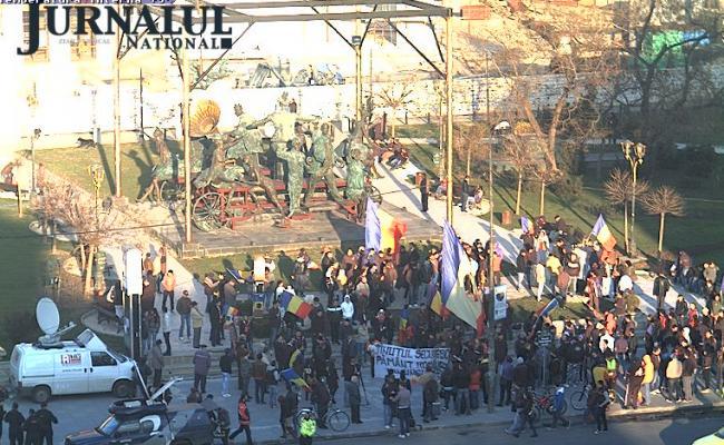 VIDEO LIVE Tineri adunaţi în Piaţa Universităţii, pentru a o susţine pe Sabina - eleva cu bentiţă tricoloră