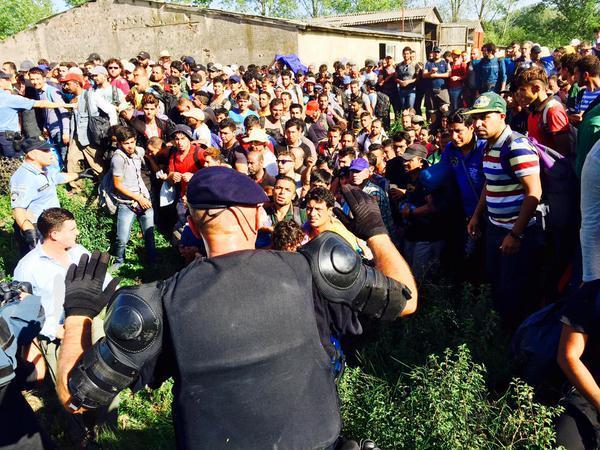 IMAGINI LIVE - Croaţia, excedată de numărul mare de migranţi, işi închide graniţele