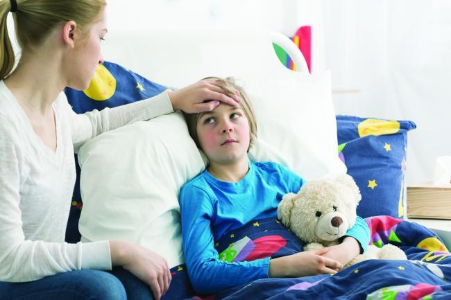 Febra copilului sare de 38. Cum procedam