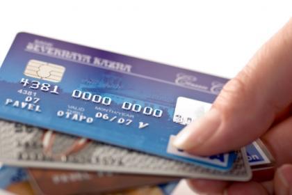 Legea prin care instituţiile publice sunt obligate să accepte şi plata cu cardul, promulgată