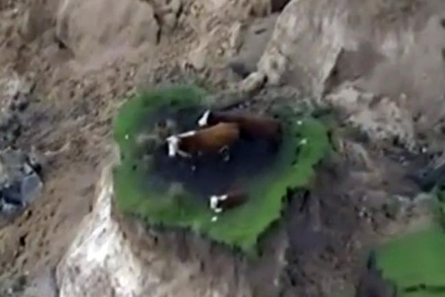 ... au rămas izolate după o alunecare de teren provocată de cutremur