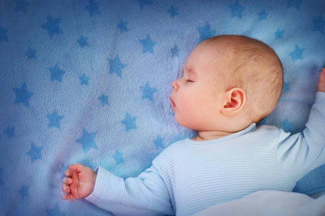 Sfatul Medicului: Care este cea mai buna poziÈ›ie de dormit pentru bebeluÈ™i?