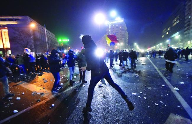 Cine sunt huliganii care au deturnat protestele?
