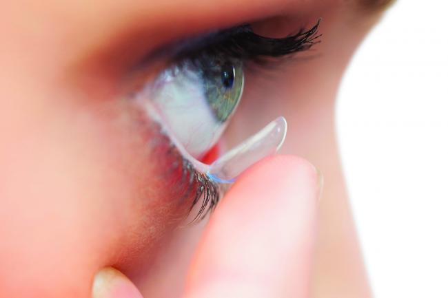 PorÈ›i lentile de contact È™i ai ochii uscaÈ›i? Iata ce trebuie sa faci