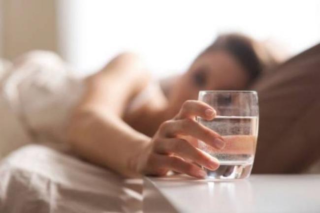 Ce se petrece in corpul tau daca bei apa imediat ce te trezeÈ™ti. Nebanuitele beneficii terapeutice
