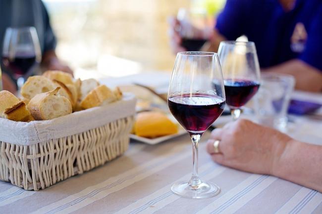 Care sunt beneficiile bauturilor alcoolice consumate in cantitaÈ›i mici