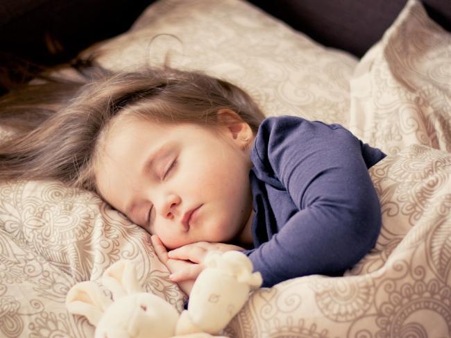 BebeluÈ™ii care sunt culcaÈ›i in camera lor dorm mai bine È™i mai mult (studiu)