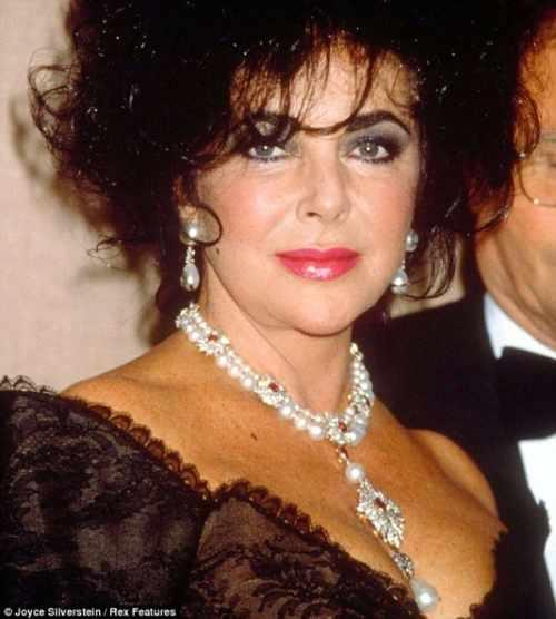 Un colier al actri ei elizabeth taylor i o cruce a papei for Miami beach jewelry watch show
