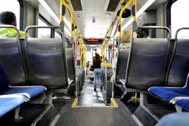 Pericolul barelor de sus din autobuz