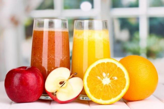 Cum se beau corect sucurile de fructe. Ce contraindicaÈ›ii au