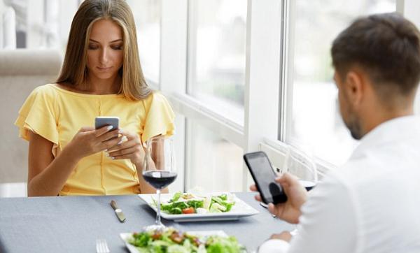 Ce se intampla daca folosim telefonul in timpul mesei!