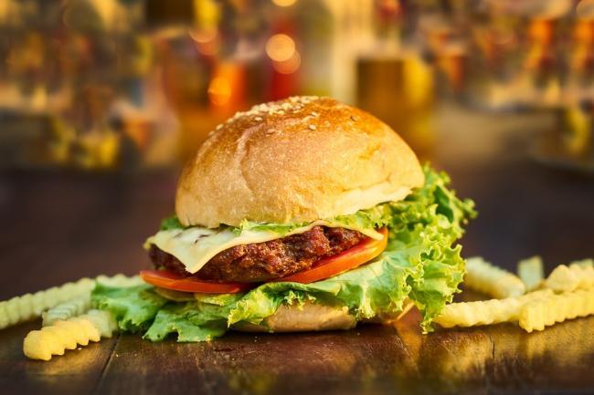 Mancarea de la restaurante si fast food-uri creste nivelul de ftalati din corp