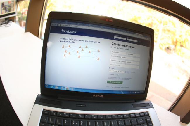 Explicatiile psihologului :Abuzezi de Facebook? Esti mai predispus sa-ti parasesti partenerul real!