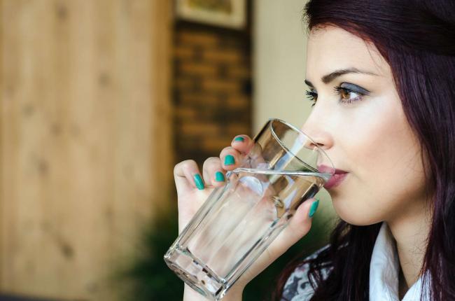Cele 5 pahare cu apa care fac minuni pentru silueta È™i sanatate