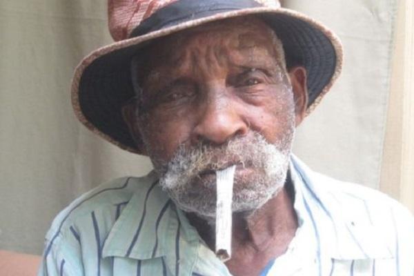 La 104 ani, cel mai batran barbat din lume doreste sa renunte la fumat