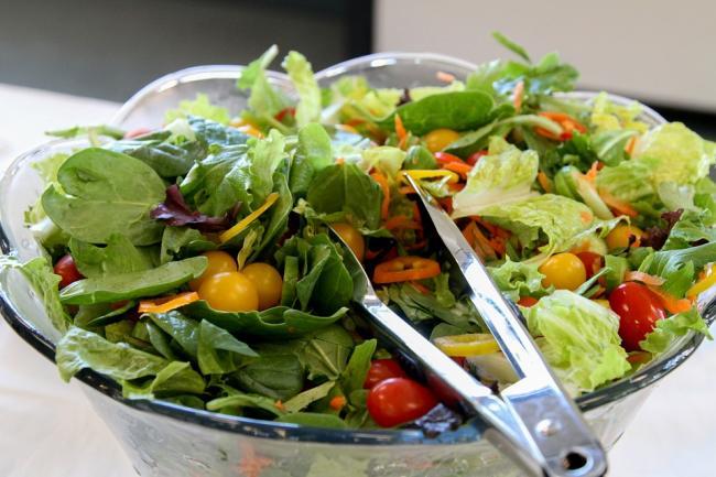 Un copil din Canada a sunat la poliÈ›ie dupa ce a fost obligat sa manance o salata