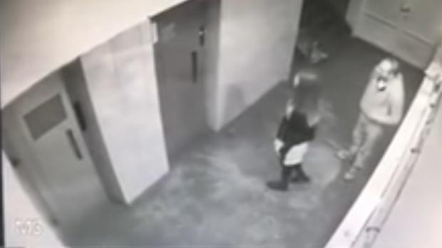 VIDEO Atac în scara blocului. Un bărbat care a agresat o fată, prins de poliţişti