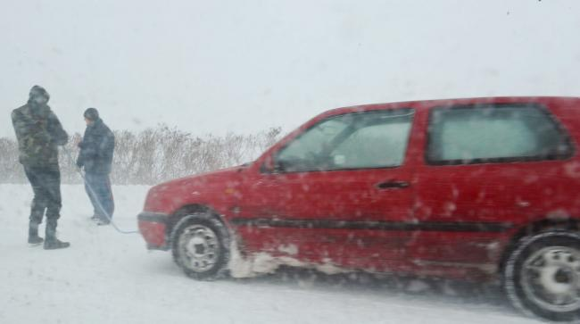 Probleme în toată ţara din cauza ninsorii
