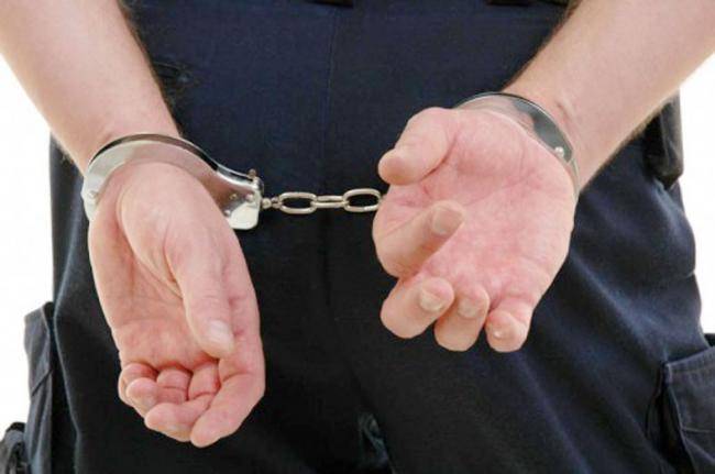 Trei bărbaţi reţinuţi de poliţişti pentru tulburarea ordinii şi liniştii publice