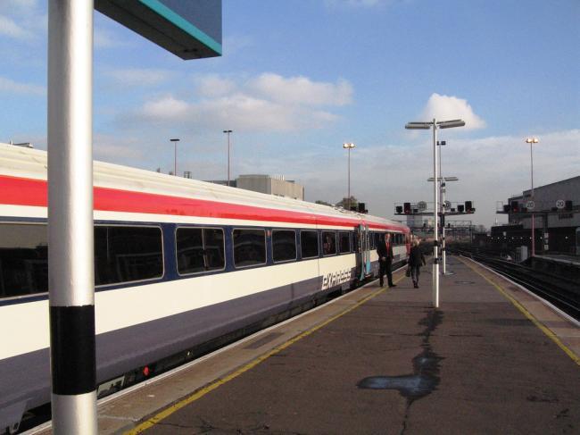 Mai mulți români, care falsificau bilete de tren în Londra, condamnați la 24 de ani de închisoare