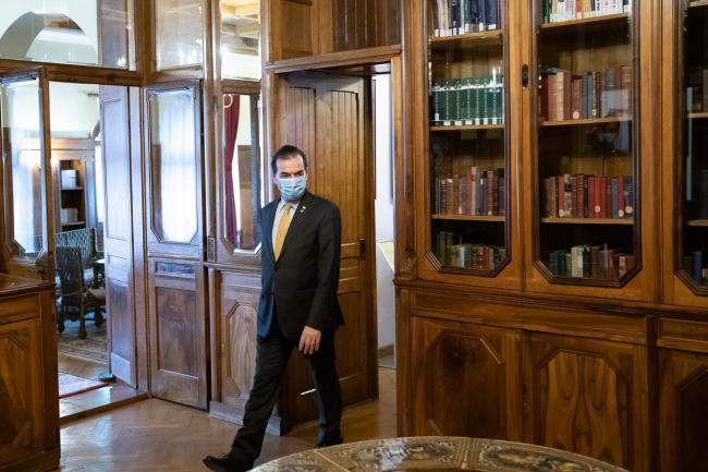 Ce amendă riscă premierul Ludovic Orban, după ce a fumat în biroul său