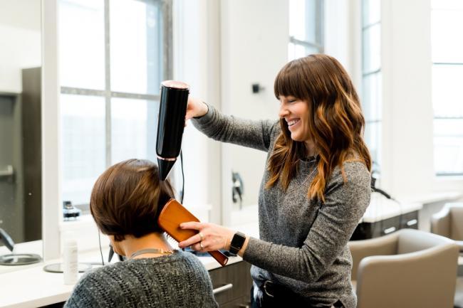 3 metode care îți protejează părul în timpul coafării