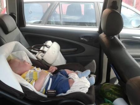 Bebeluş abandonat în maşină, pentru ca părinţii să poată vizita Salina Turda!