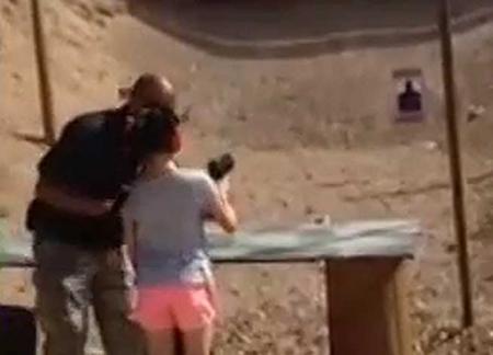 ÎMPUŞCAT în cap, cu un Uzi, de o fetiţă de nouă ani!(VIDEO)