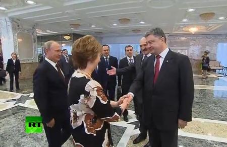 Întâlnire de GRADUL ZERO la Minsk. REACŢIA preşedintelui ucrainean Petro Poroşenko în momentul în care dă mâna cu Vladimir Putin (VIDEO)