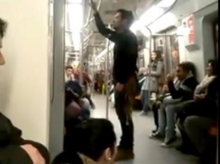 (VIDEO) Un tânăr care cântă în metrou face furori pe internet. Trebuie să vezi asta!