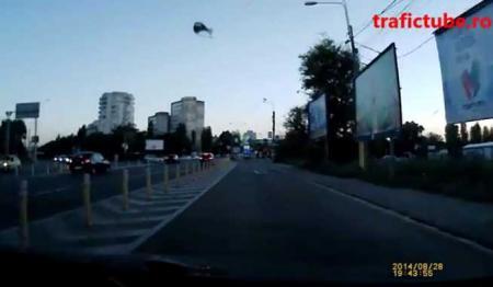 VIDEO INCREDIBIL. O şoferiţă de 18 ani virează la dreapta!