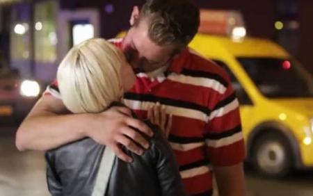 Mărturisirea unui homeless: I-o poţi TRAGE unei alte fete în fiecare seară, trăiesc într-un oraş mare (VIDEO)