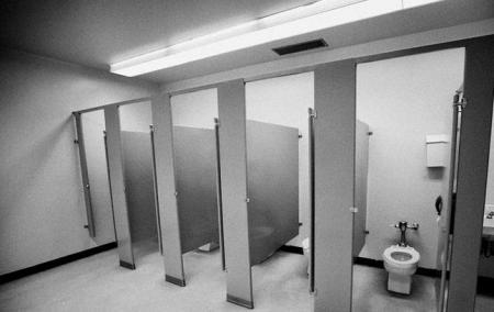 Elevă cu nevoi speciale, VIOLATĂ în şcoală. Profesorii au folosit-o ca MOMEALĂ ca să prindă un infractor, dar au UITAT-O în toaletă (VIDEO)