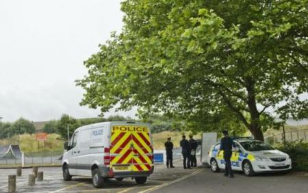 Au fost sesizaţi că un bărbat atârnă de un copac, dar ce au găsit i-a ŞOCAT. Descoperire ULUITOARE făcută de poliţişti (VIDEO)