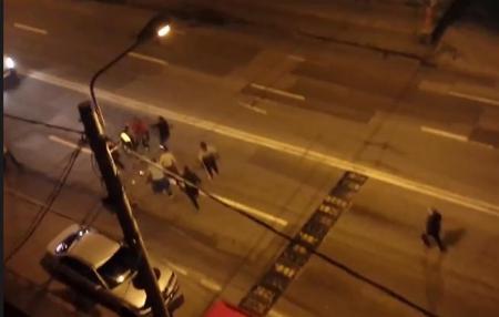 VIDEO. Tânăr lovit SĂLBATIC cu pumnii și picioarele, într-o bătaie de stradă între două găști rivale din Timișoara