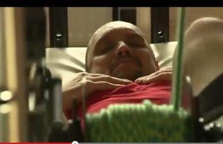 """PREMIERĂ MONDIALĂ. Bărbat paralizat, """"ajutat"""" de NAS să MEARGĂ din nou! (VIDEO)"""