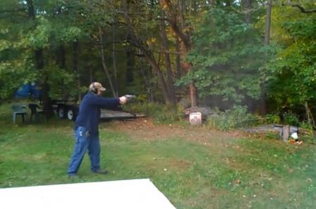 INCREDIBIL. Un bărbat ia la ţintă un copac şi trage cu pistolul. Ce a urmat întrece orice imaginaţie (VIDEO)