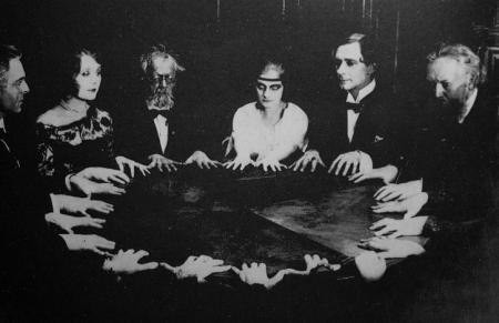 Imagini HALUCINANTE, descoperite într-o arhivă din anii '30. Ce a surprins un fotograf în timpul unei şedinţe de SPIRITISM