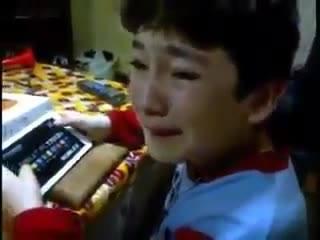 ÎNDUIOȘĂTOR.  Un TOCĂTOR, cadoul primit de un băiețel de ziua de naștere (VIDEO)