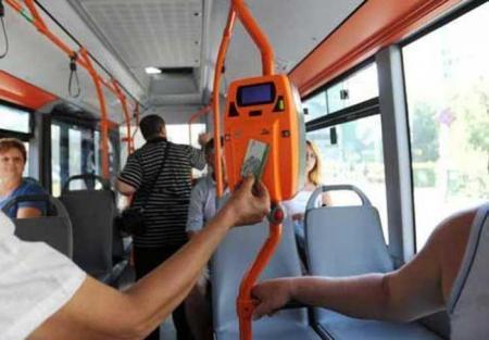 POCNIT ÎN CAP pentru că SCUIPA COJILE SEMINȚELOR pe podeaua autobuzului (VIDEO)