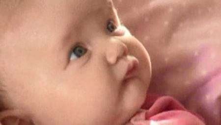 """Medicii nu gasesc nicio EXPLICATIE! Ce pateste o fetita de doua luni dacă e atinsa. """"Nu am mai vazut asa ceva!"""" (VIDEO)"""