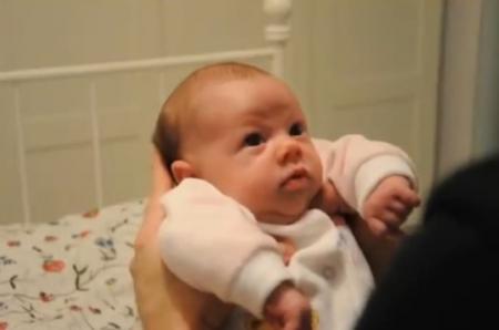 Nu reuşeşti să-ţi adormi bebeluşul şi simţi că te lasă nervii? Piveşte TRUCUL FABULOS care nu dă greş NICIODATĂ (VIDEO)