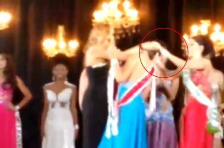 GELOZIE MAXIMĂ la un concurs de frumusețe. I-a smuls părul din cap reginei, cu tot cu coroană (VIDEO)